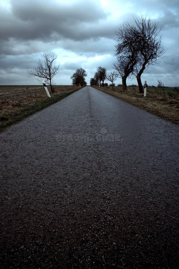 Estrada abandonada sob o céu tormentoso imagens de stock royalty free