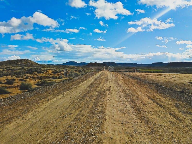 Estrada a abandonar e céu em Bardenas Reales, Navarra, Espanha fotografia de stock royalty free