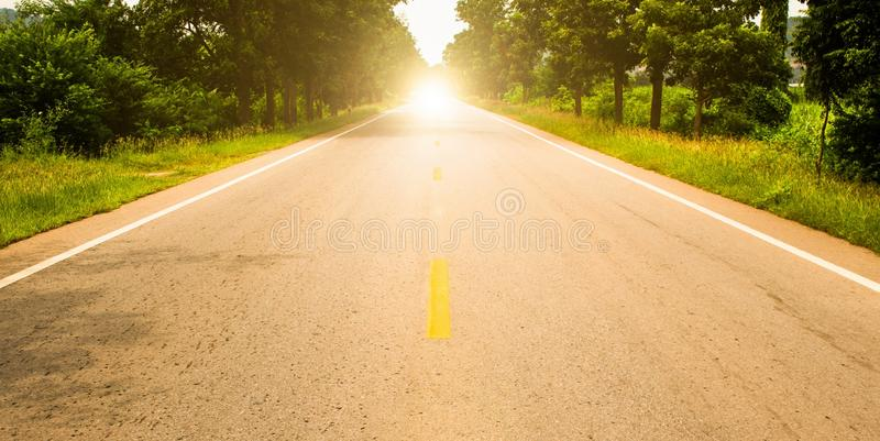 Estrada adiante e o nascer do sol fotografia de stock
