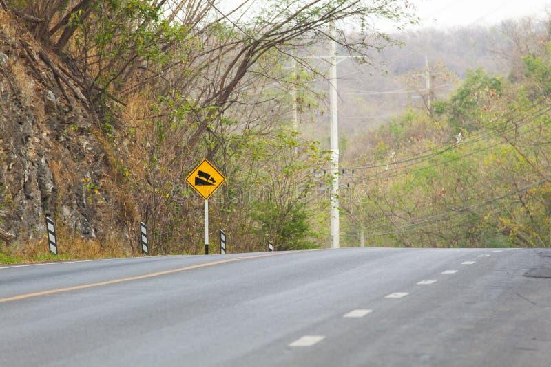 Estrada afiada da curva no monte da floresta imagens de stock royalty free