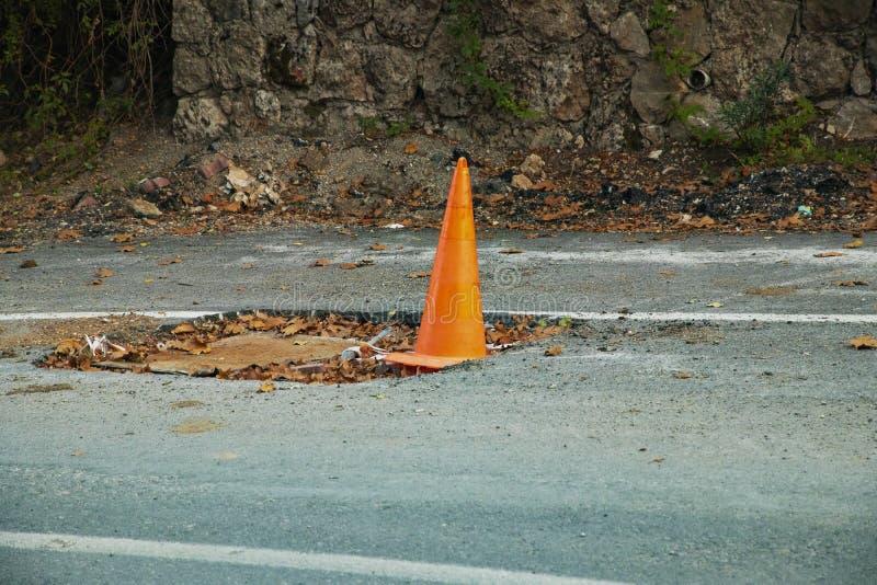 Estrada alaranjada do cone da emergência fotografia de stock