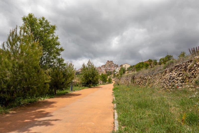 Estrada alternativa para os pedestres através de que você pode alcançar uma aldeia da montanha típica fotografia de stock royalty free