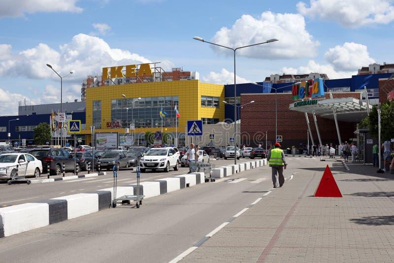 A estrada antes do centro de comércio MEGA na cidade de Khimki fotografia de stock