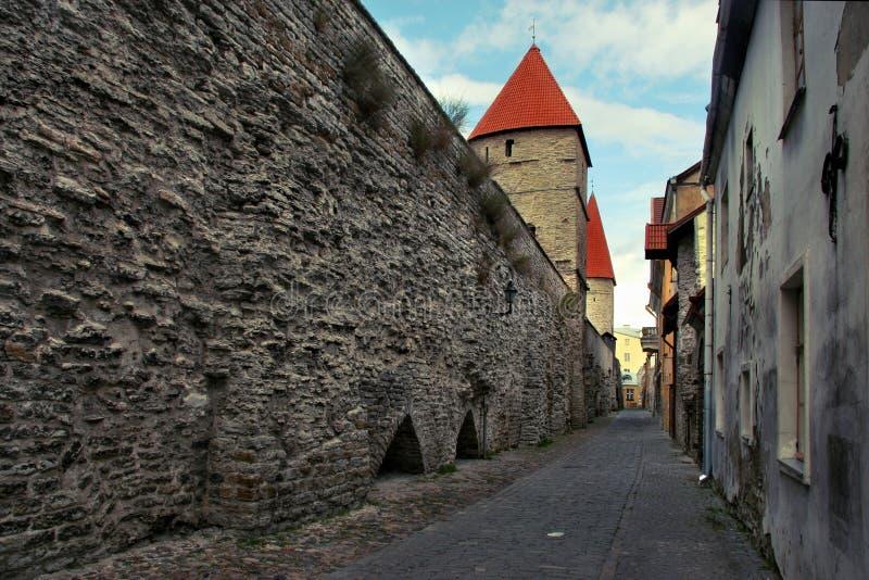 A estrada ao lado da parede velha da defesa da cidade na cidade de Tallinn foto de stock