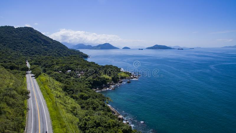 Estrada ao longo do mar, dos Reis de Angra da estrada a Rio de janeiro fotografia de stock royalty free
