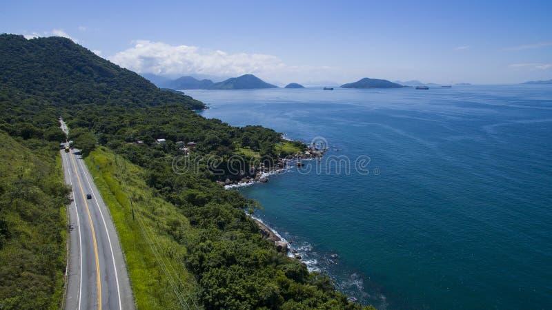 Estrada ao longo do mar, dos Reis de Angra da estrada a Rio de janeiro imagem de stock royalty free