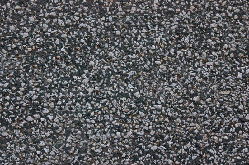 A estrada asfaltada é cinza escuro com uma superfície áspera Textura ou fundo imagens de stock royalty free