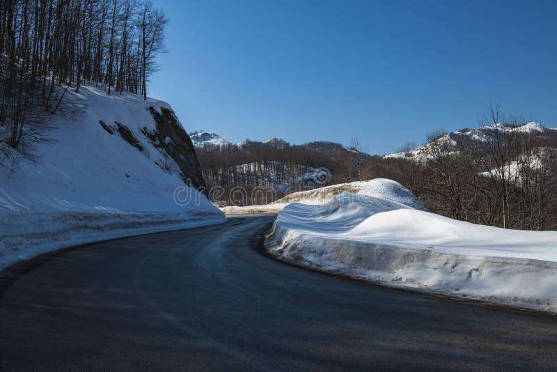 Estrada asfaltada através da passagem de montanha foto de stock
