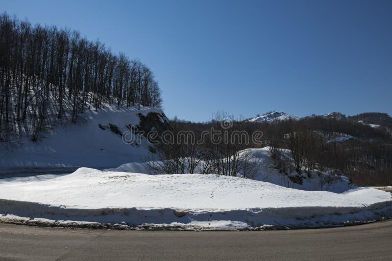 Estrada asfaltada através da passagem de montanha imagens de stock royalty free