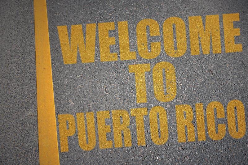 estrada asfaltada com boa vinda do texto a Puerto Rico perto da linha amarela ilustração royalty free