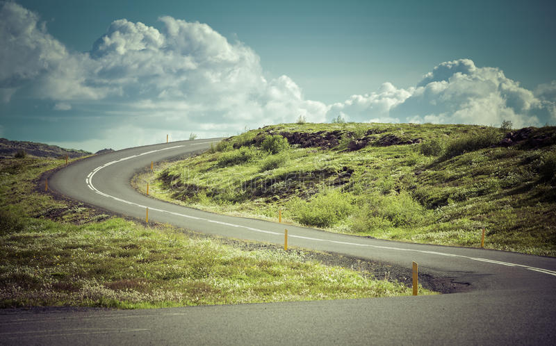 Estrada asfaltada curvada nas montanhas altas fotos de stock royalty free