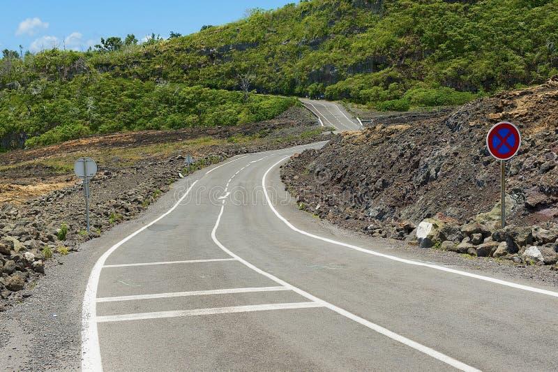 Estrada asfaltada curvada sobre a lava vulcânica quente em Reunion Island, França imagem de stock royalty free