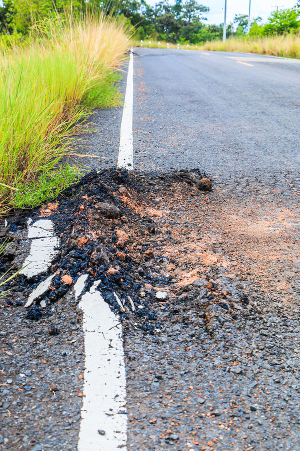 Estrada asfaltada danificada fotografia de stock