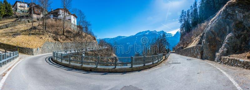 Estrada asfaltada de enrolamento com cumes italianos panorama, Trento, Itália fotografia de stock
