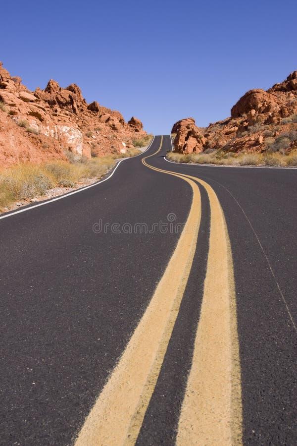 Estrada asfaltada do enrolamento no deserto imagem de stock royalty free