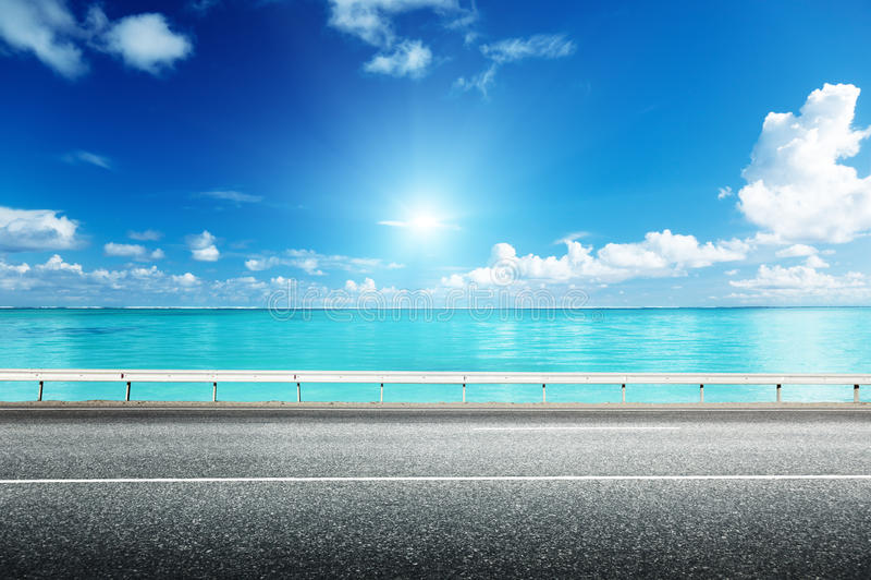 Estrada asfaltada e mar fotografia de stock