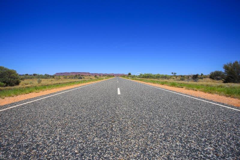 Estrada asfaltada, fim do cascalho acima Opinião de perspectiva imagens de stock