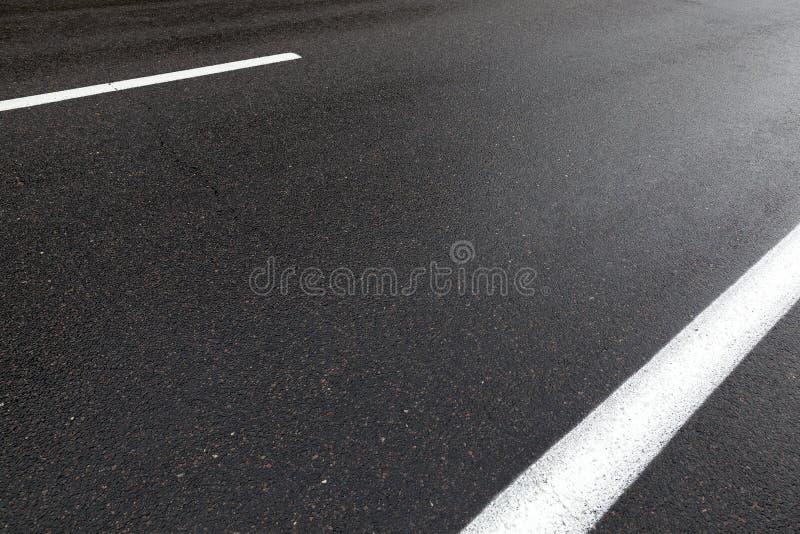 Estrada asfaltada molhada foto de stock royalty free