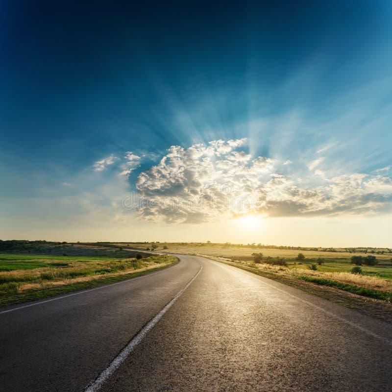 Estrada asfaltada no por do sol foto de stock royalty free