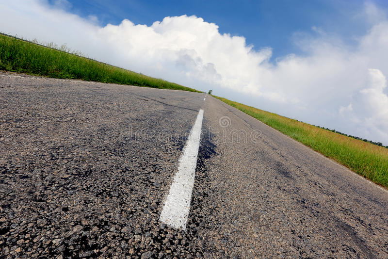 Estrada asfaltada sob o céu agradável imagem de stock