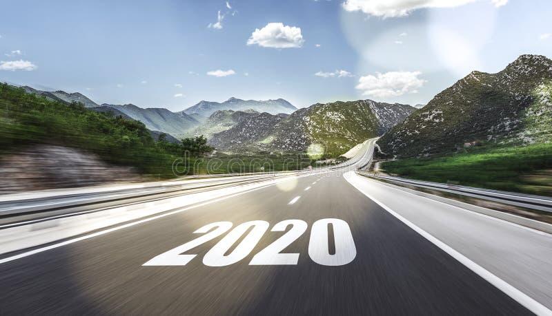 Estrada asfaltada vazia e ano novo 2020 Dois mil e vinte fotos de stock royalty free