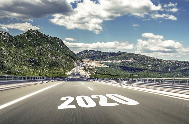 Estrada asfaltada vazia e ano novo 2020 Dois mil e vinte fotografia de stock royalty free