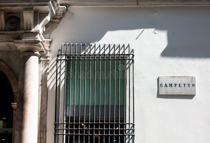 A estrada assina dentro genoa Italia em seu centro da cidade velho que indica a área do ` do campetto do ` imagens de stock royalty free