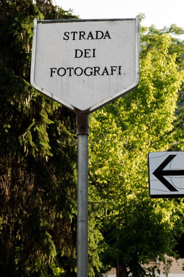 A estrada assina dentro a memória da cidade de Scanno em Itália, famosa para os fotógrafo, onde Cartier Bresson e outros mestres  fotos de stock