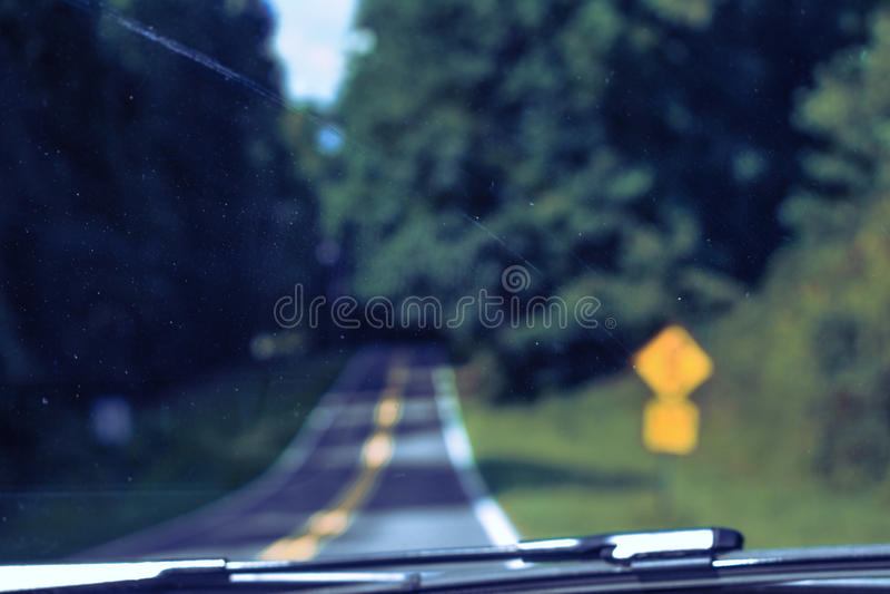 A estrada atrás de um para-brisa fotografia de stock royalty free
