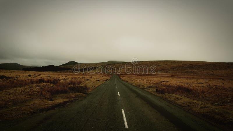 Estrada através da amarração Parque nacional de Dartmoor devon Reino Unido imagem de stock royalty free