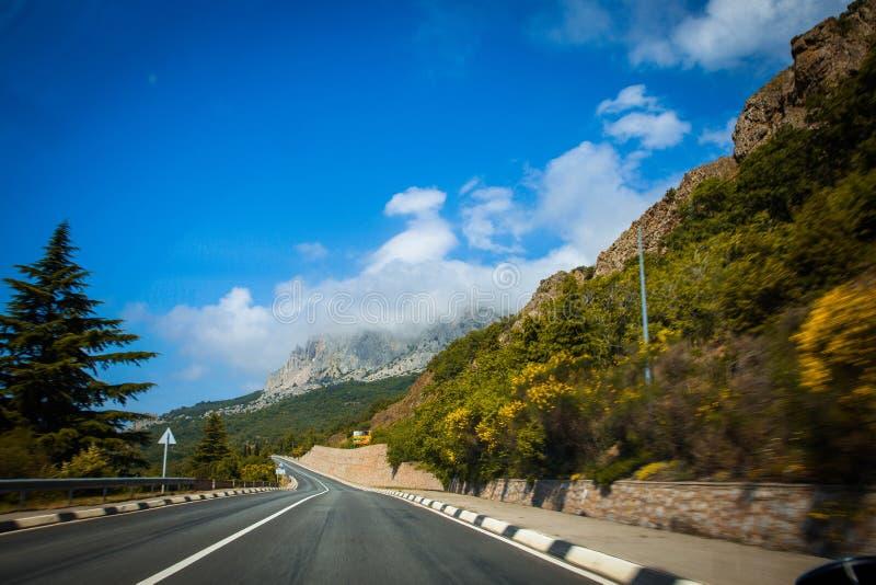 Estrada através das montanhas fotos de stock royalty free