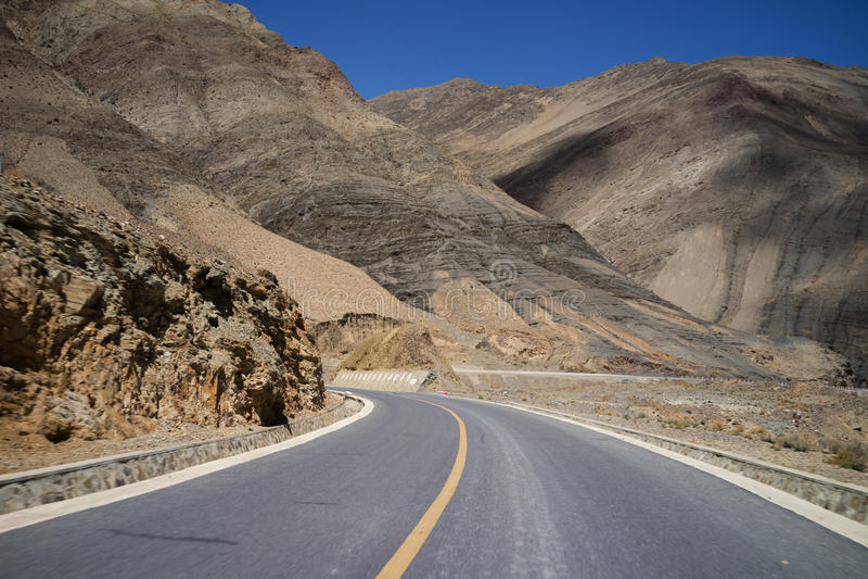 Estrada através das montanhas foto de stock royalty free