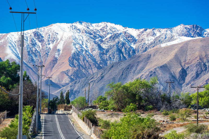 Estrada através das montanhas de Andes imagens de stock