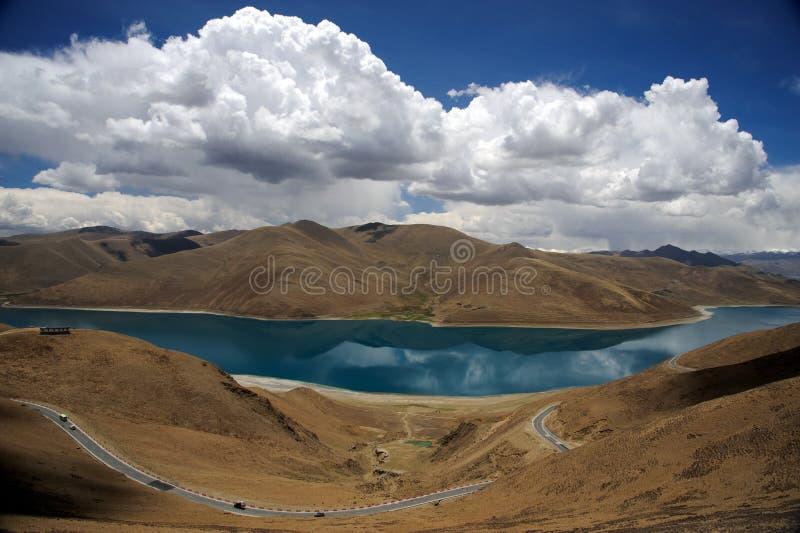 A estrada através das montanhas de Himalaya aproxima o lago foto de stock