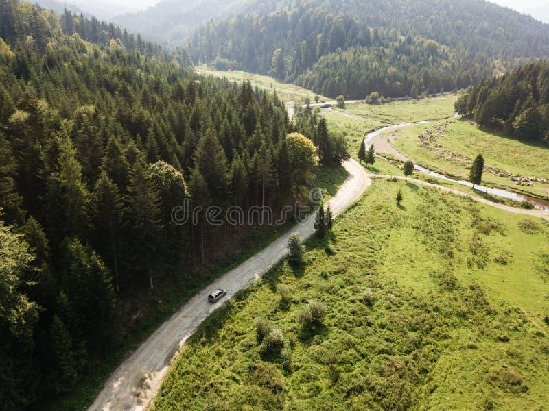 Estrada através das montanhas e floresta capturada de cima de foto de stock