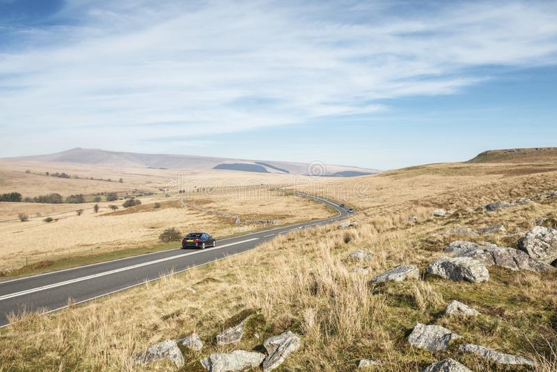 A estrada através de Brecon ilumina o parque nacional em Gales, Reino Unido fotografia de stock
