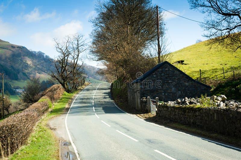 Estrada através do campo norte de Gales fotos de stock royalty free