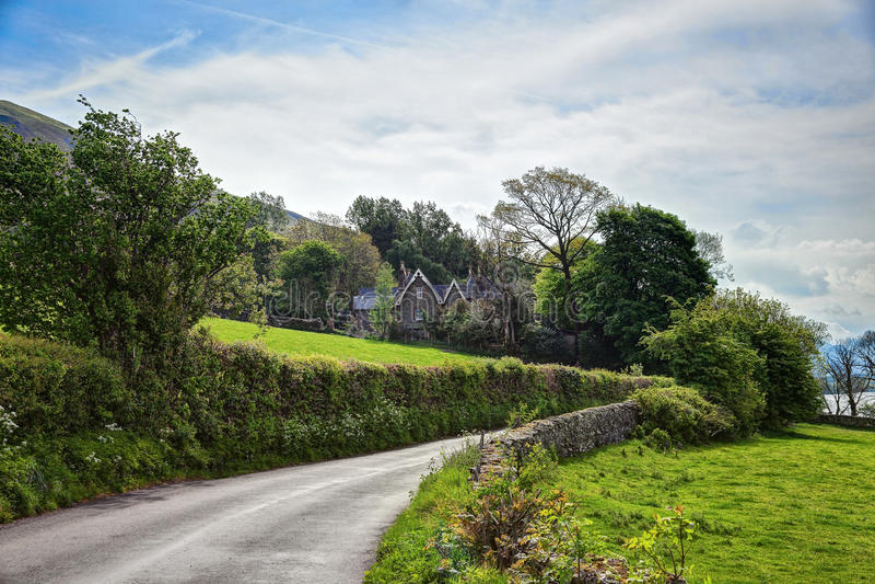 Estrada através do campo, parque nacional do distrito do lago, Cumbria, Inglaterra, Reino Unido imagem de stock royalty free
