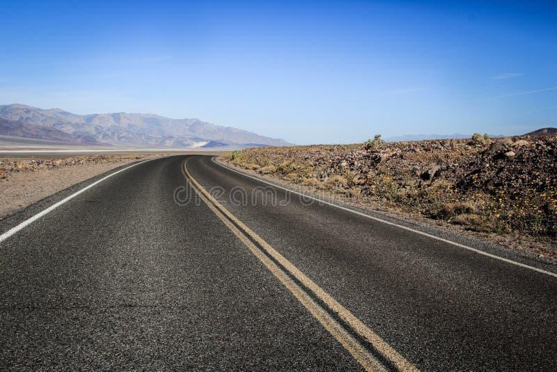 Estrada através do centro do Vale da Morte imagem de stock royalty free