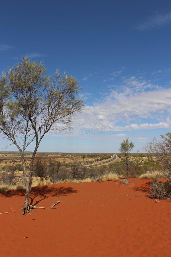 Estrada através do deserto imagens de stock royalty free