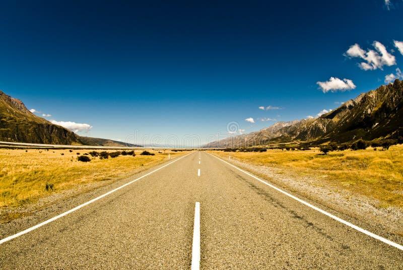 Estrada através do vale largo fotos de stock