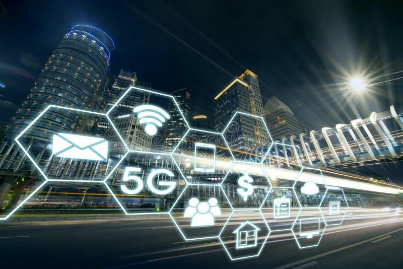 Estrada bonita com sistemas de rede 5G fotos de stock royalty free