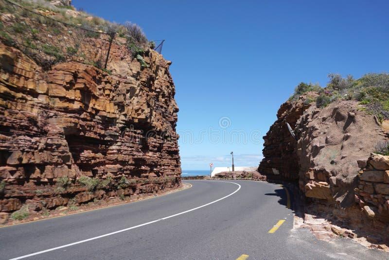 Estrada bonita embora o monte de pedra vermelho perto do ponto do cabo no tampão imagens de stock