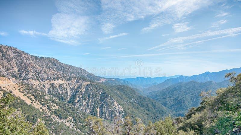 Estrada cênico da crista de Angeles, San Gabriel Mountains, floresta nacional de Angeles, CA fotografia de stock royalty free