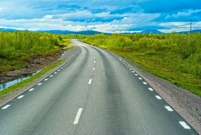 Estrada cinzenta de sweden às montanhas de Norvegian imagens de stock royalty free