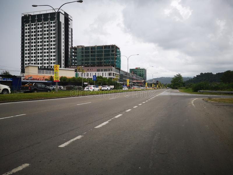 A estrada clara e nenhum tráfego na estrada de Penampang, Kota Kinabalu Sabah, Mal?sia born?u fotos de stock royalty free
