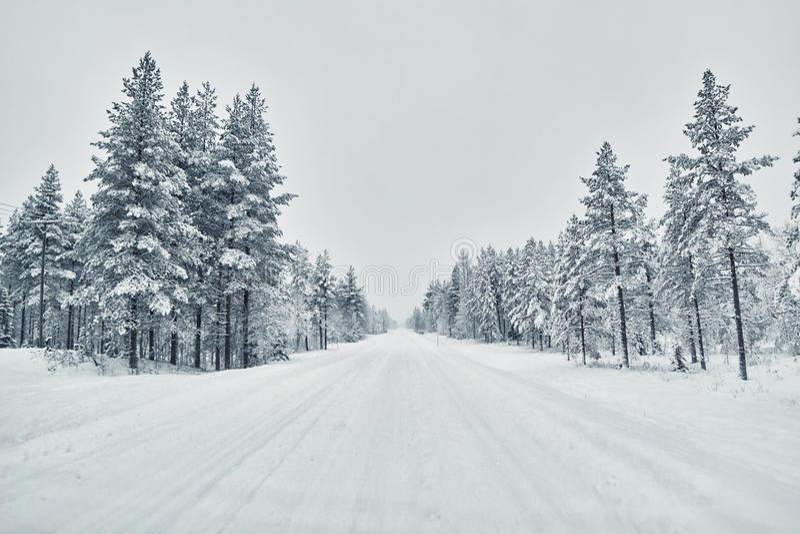 Estrada coberta com a neve após o blizzard da neve, Finlandia fotos de stock
