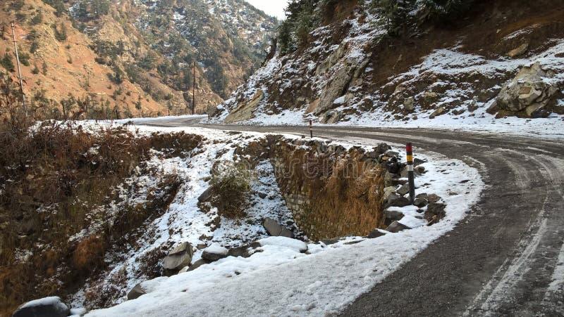 A estrada coberta na neve olha bonita foto de stock