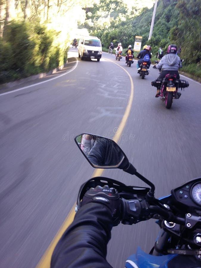 Estrada colombiana com motocicletas e amigos imagens de stock royalty free