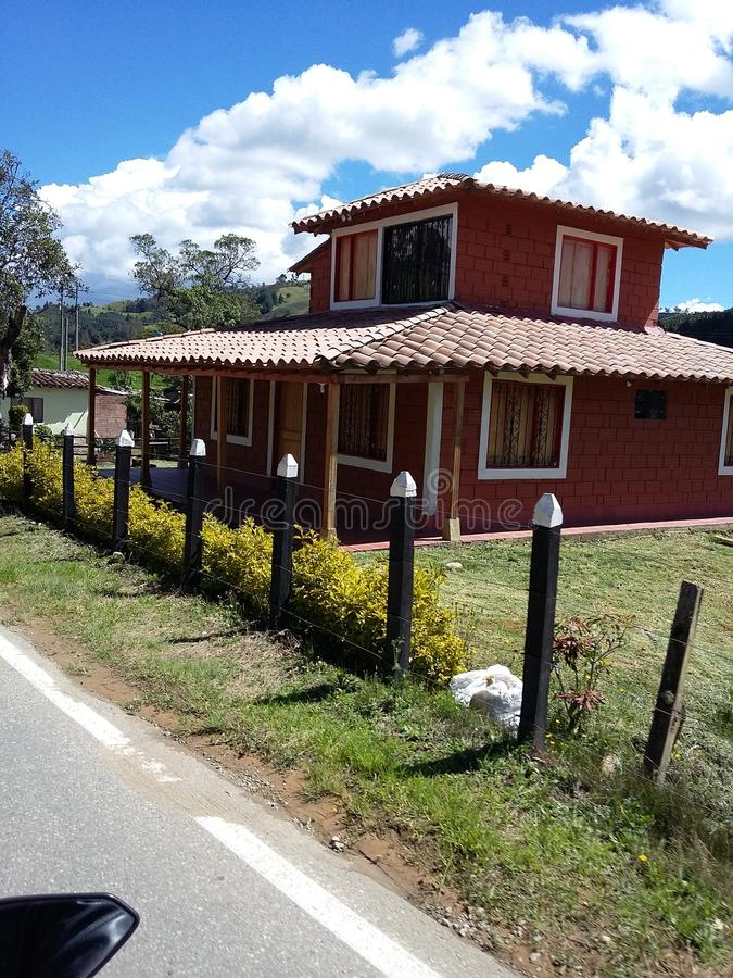 Estrada colombiana e grande casa imagens de stock